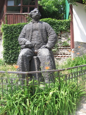veliko-comm-statue.jpg